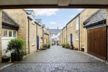 2 Bedrooms Flat for sale in White Hart Mews, Chipping Norton, Oxfordshire
