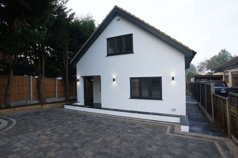 3 Bedrooms Detached House for sale in Norwood Drive, South Benfleet