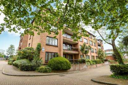 2 Bedrooms Flat for sale in Andace Park Gardens, Widmore Road, Bromley