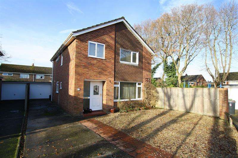 4 Bedrooms Detached House for sale in Siskin Close, Ferndown