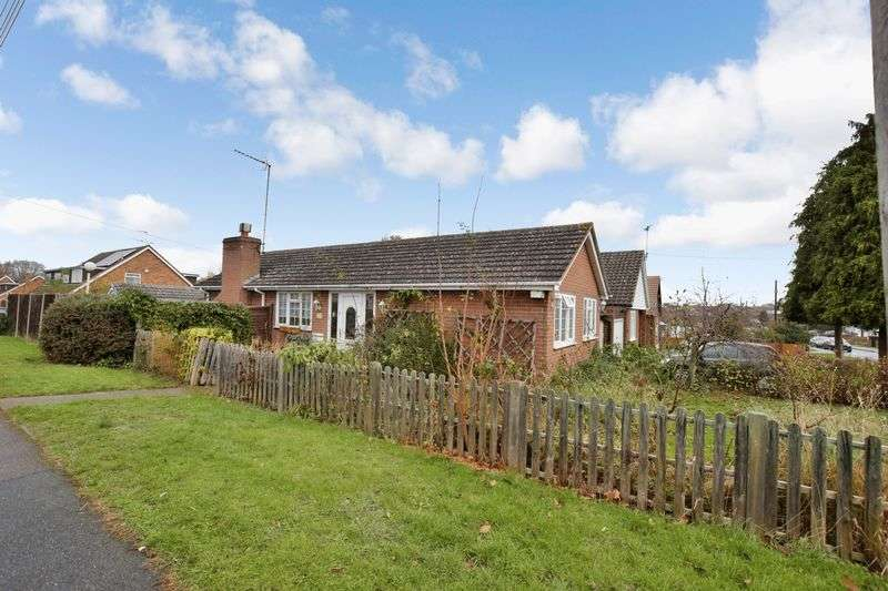 2 Bedrooms Detached Bungalow for sale in Canewdon Gardens, Wickford