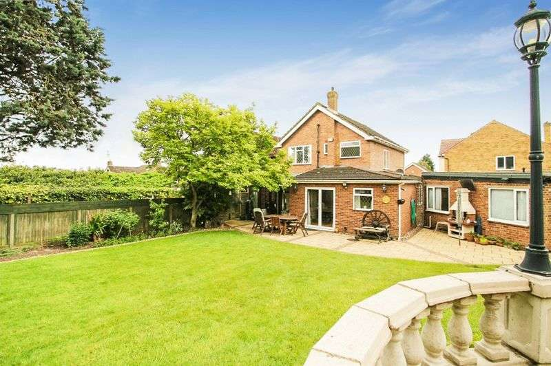 3 Bedrooms Detached House for sale in Maylands Drive, Uxbridge