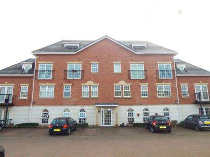 2 Bedrooms Flat for sale in Garden Close, Poulton-Le-Fylde, Lancashire, FY6