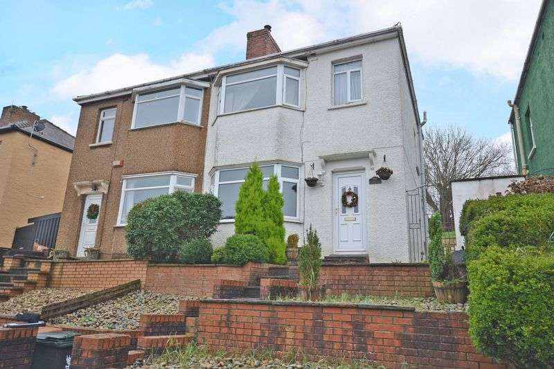 3 Bedrooms Semi Detached House for sale in Bay Fronted Semi-Detached House, Queens Close