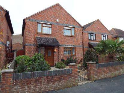4 Bedrooms Detached House for sale in Lee-On-The-Solent, Hampshire