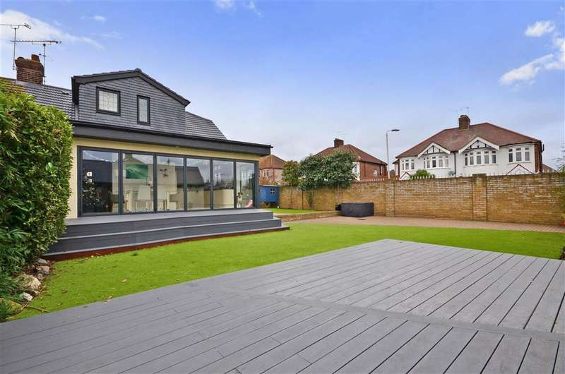 4 Bedrooms Bungalow for sale in Cambridge Avenue, Romford, Essex