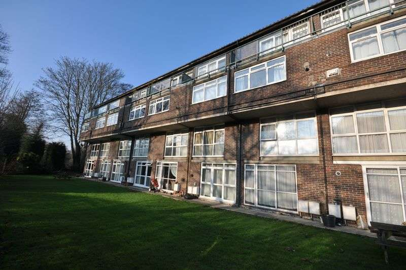 2 Bedrooms Flat for sale in Goral Mead, Rickmansworth, WD3 1BP