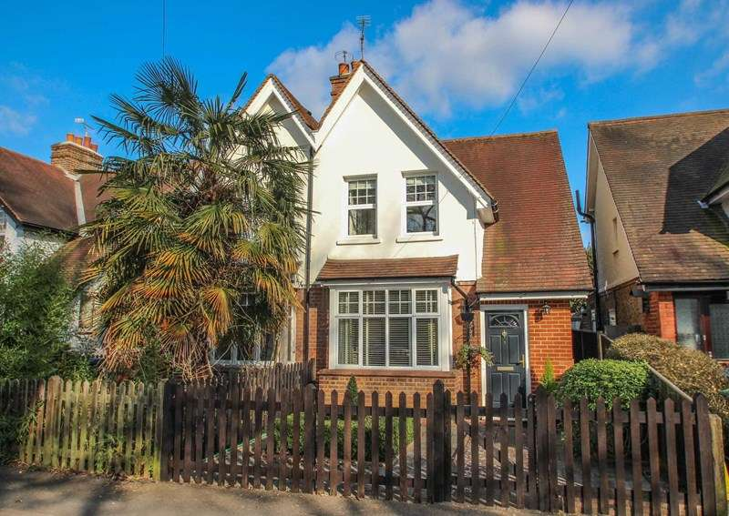 2 Bedrooms Semi Detached House for sale in Aston Road, Claygate, Esher