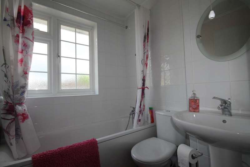 3 Bedrooms End Of Terrace House for sale in Robin Way, Staines-upon-Thames, TW18