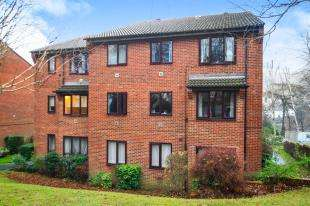 2 Bedrooms Flat for sale in Bader Close, Kenley, Surrey