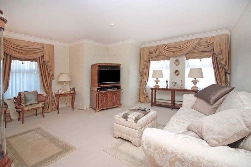 2 Bedrooms Flat for sale in Collins Court, Loughton