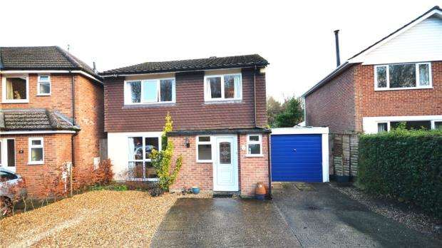 4 Bedrooms Detached House for sale in Woodside, Blackwater, Surrey