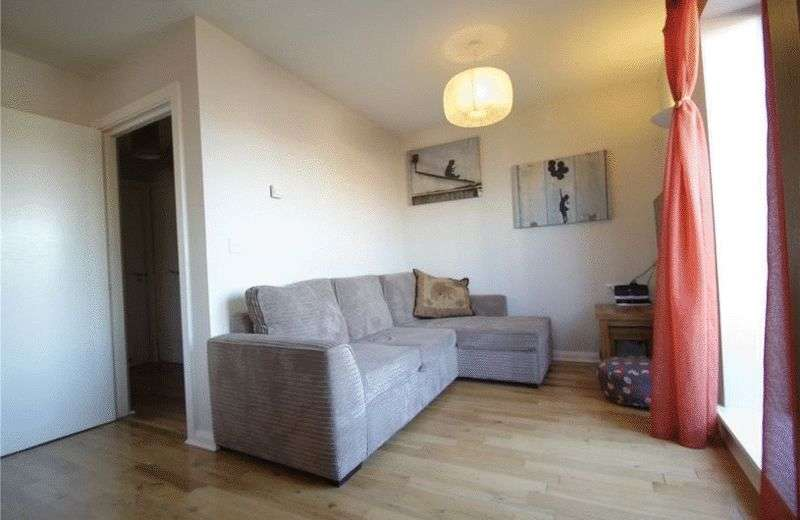 1 Bedroom Flat for sale in A light and spacious top floor apartment presented in very good decorative order throughout with an L shaped balcony to the front.