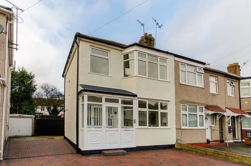3 Bedrooms House for sale in Carnarvon Avenue, Enfield, EN1