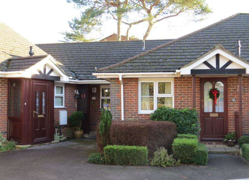 2 Bedrooms Bungalow for sale in Derrybrian Gardens, NEW MILTON, BH25