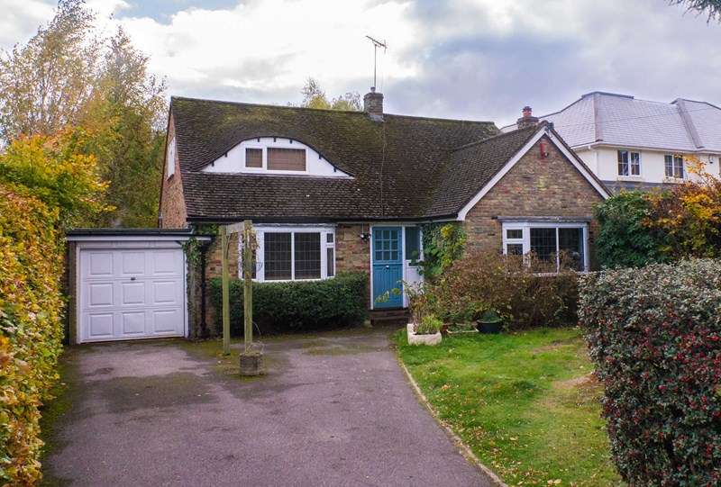 4 Bedrooms Detached Bungalow for sale in Heath Ridge Green, Cobham