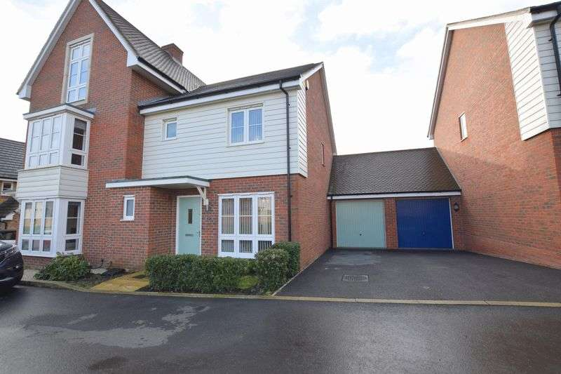 3 Bedrooms Semi Detached House for sale in Valor Drive, Aylesbury