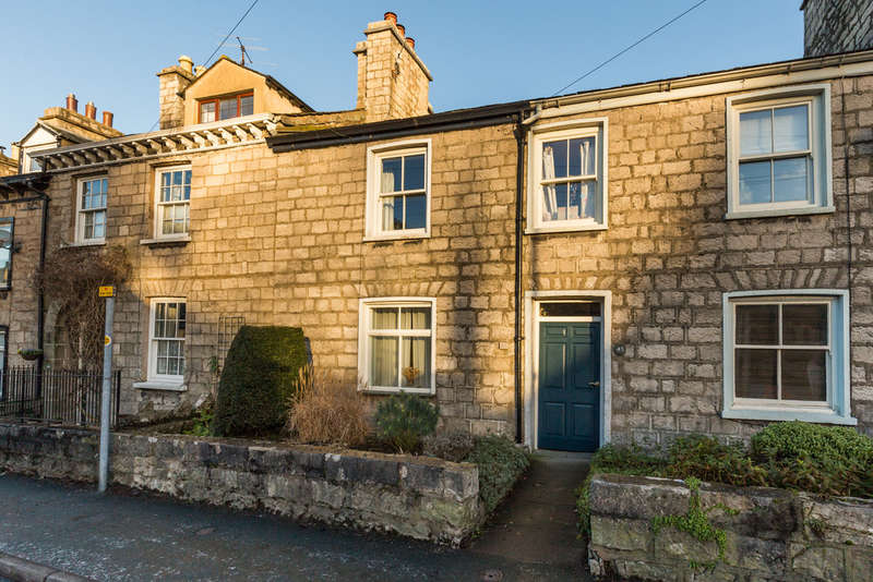 2 Bedrooms Terraced House for sale in 43 Castle Street, Kendal, Cumbria LA9 7AD
