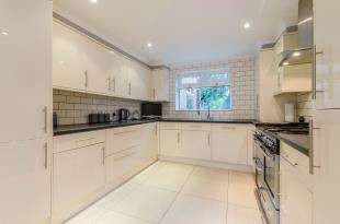 3 Bedrooms Semi Detached House for sale in Green End, Chessington, Surrey