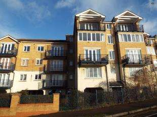 2 Bedrooms Flat for sale in Keating Close, Rochester, Kent