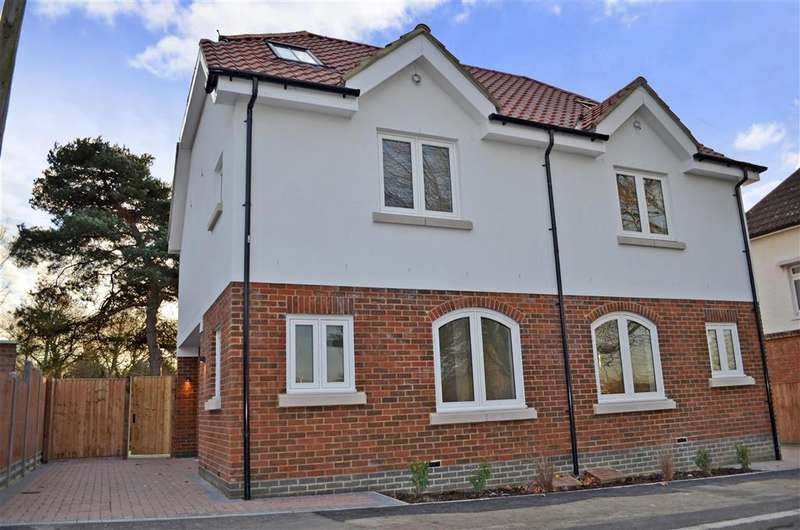 3 Bedrooms Semi Detached House for sale in Station Road, Chigwell, Essex