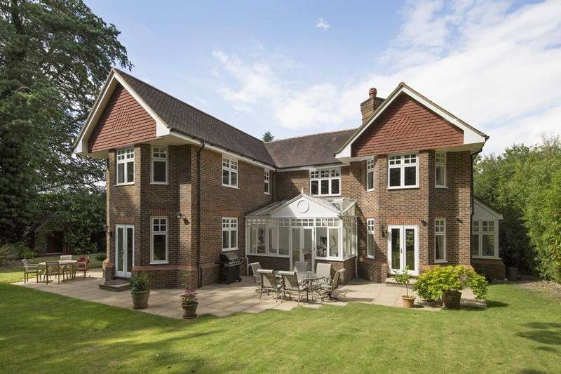 5 Bedrooms Detached House for sale in Courtney Place, Cobham