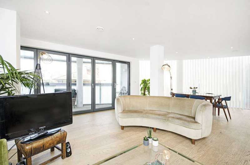2 Bedrooms Flat for sale in Triangle Road, London Fields, E8
