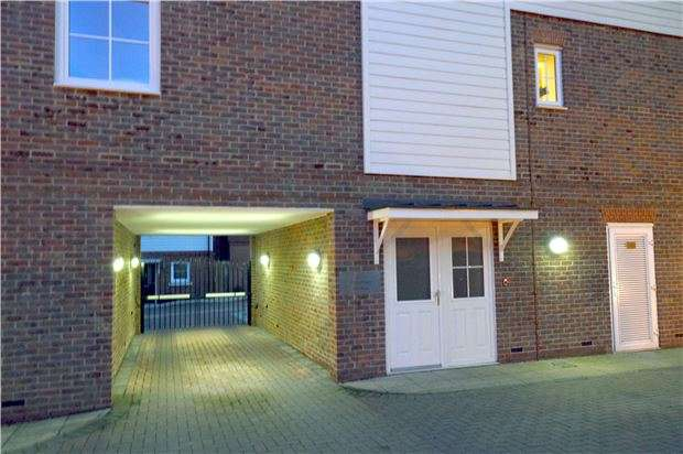 1 Bedroom Flat for sale in Churchill Court, Eden Road, Dunton Green, Sevenoaks, Kent, TN14 5FR