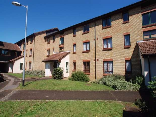 2 Bedrooms Flat for sale in King Arthur Court, Cheshunt, Hertfordshire