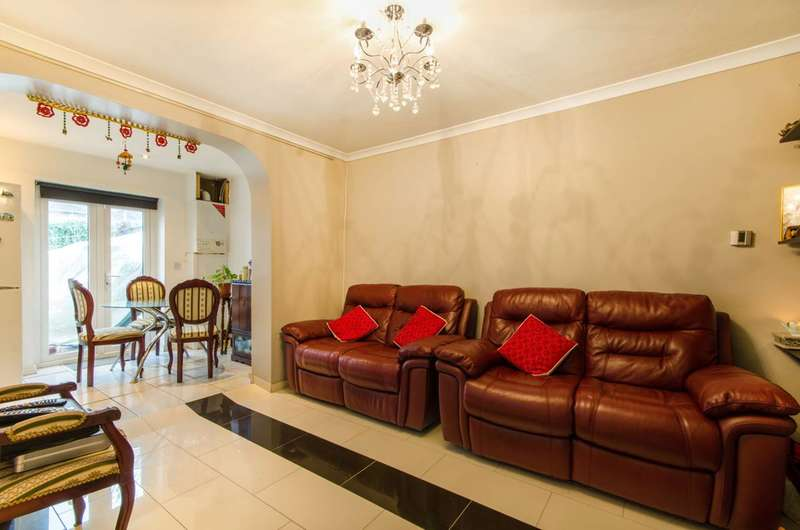 2 Bedrooms Flat for sale in Martin Drive, Northolt, UB5