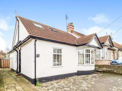 4 Bedrooms Bungalow for sale in Woodford, Green, Essex