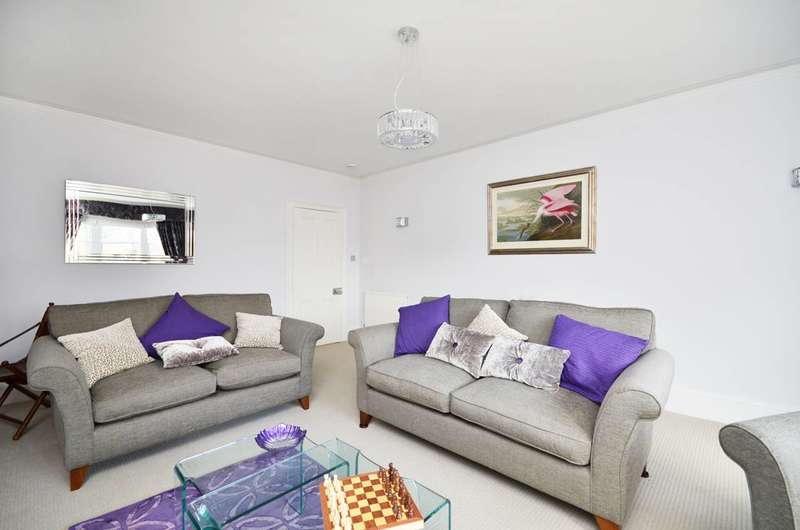 2 Bedrooms Flat for rent in The Barons, St Margarets, TW1