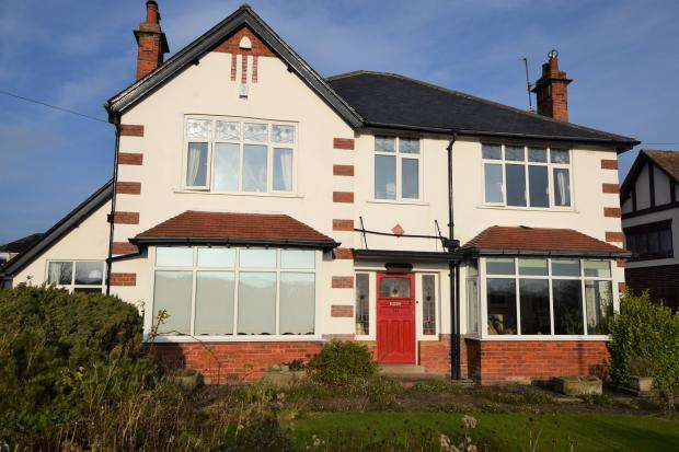 2 Bedrooms Apartment Flat for sale in Scalby Mills Road, Northside, Scarborough, North Yorkshire YO12 6RP
