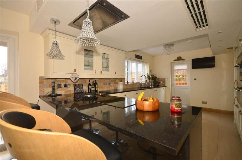 4 Bedrooms Detached House for sale in Great Lawn, Ongar, Essex