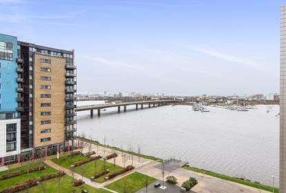 3 Bedrooms Flat for sale in Douglas House, Prospect Place, Cardiff Bay, Cardiff