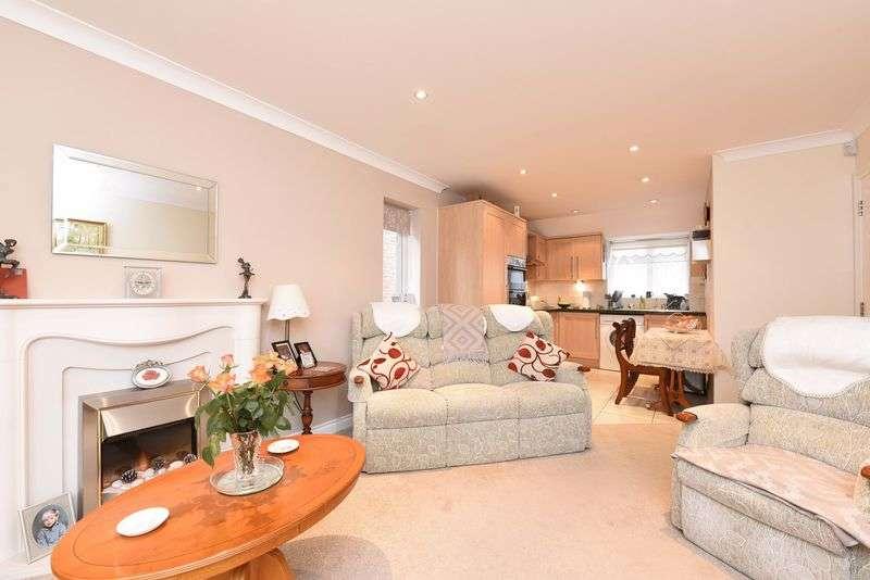 2 Bedrooms Maisonette Flat for sale in Blackthorn Close Baughurst