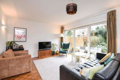 3 Bedrooms House for sale in Shornefield Close, Bromley