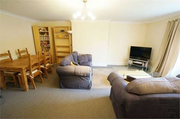 2 Bedrooms Flat for sale in The Lawns, New Market Street, USK, Monmouthshire