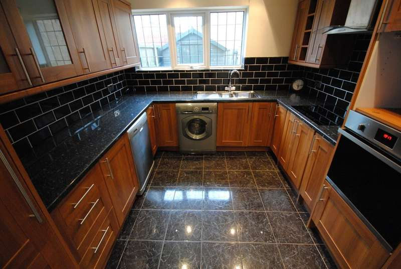 3 Bedrooms Town House for sale in Lawrence Close, Flanderwell, Rotherham