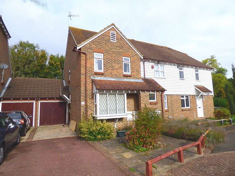 2 Bedrooms Terraced House for sale in The Bulrushes, Ashford