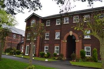 2 Bedrooms Flat for sale in The Uplands, Bishopton Drive, Macclesfield