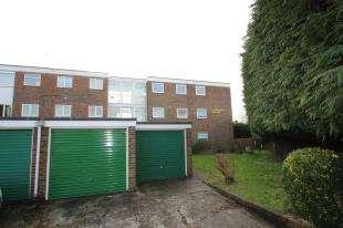 2 Bedrooms Flat for sale in Ridgeway House, The Ridgeway, Horley, Surrey