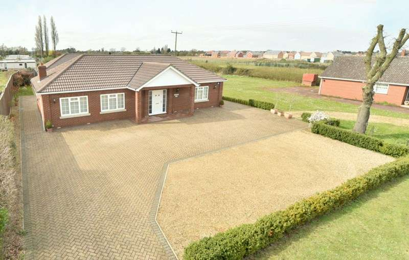 3 Bedrooms Detached Bungalow for sale in Turnpike Road, Red Lodge, Bury St. Edmunds