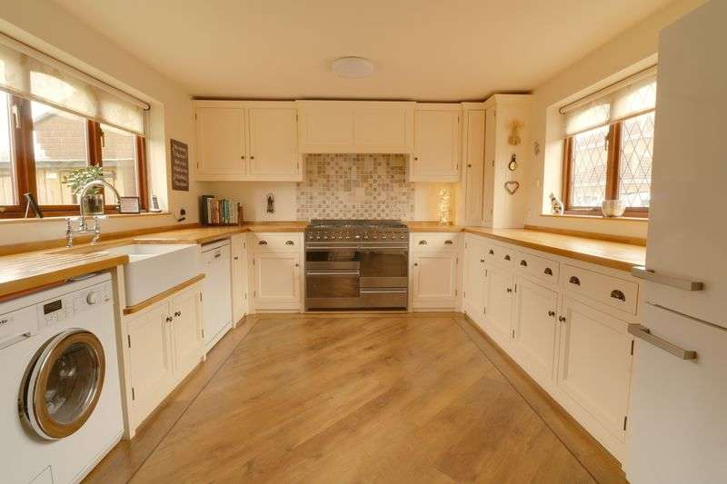 4 Bedrooms Detached House for sale in High Street, Belton