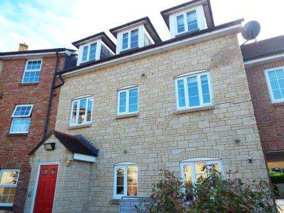 2 Bedrooms Flat for sale in Pines Close, Wincanton, Somerset