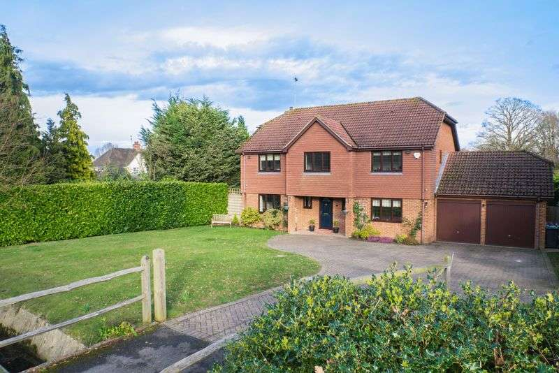 5 Bedrooms Detached House for sale in Berrington Drive, East Horsley