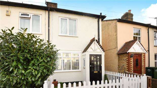 2 Bedrooms End Of Terrace House for sale in Bremer Road, Staines-upon-Thames, Surrey