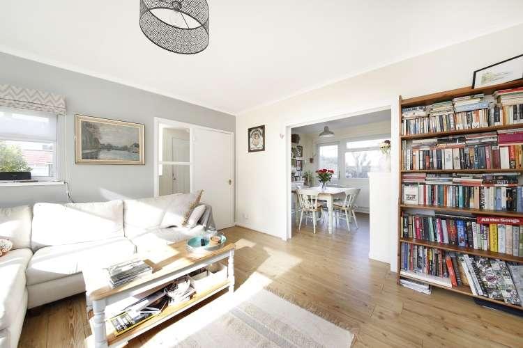 2 Bedrooms Flat for sale in Courtlands Avenue Lee SE12