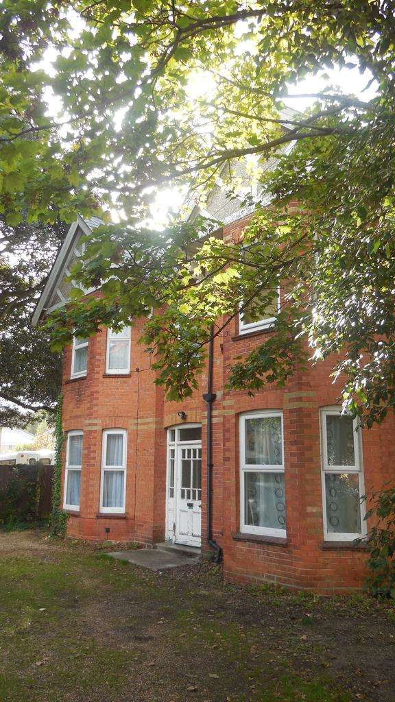 Studio Flat for rent in 5 Westerham Road, Westbourne, Bournemouth, Dorset BH4
