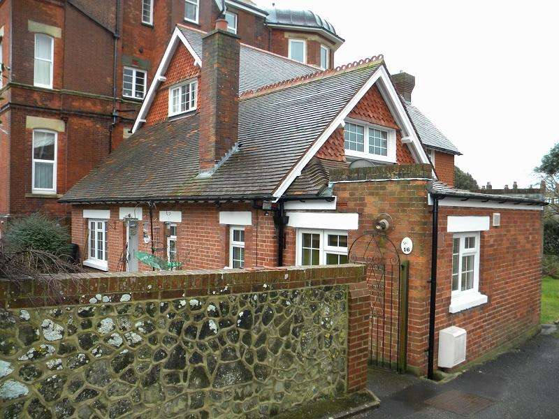2 Bedrooms Bungalow for sale in Buxton Road, Eastbourne BN20